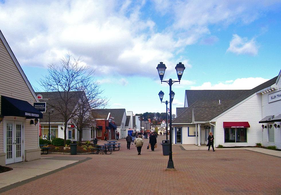 Woodbury_Commons_promenade