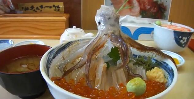Dancing-Squid-Seafood-Bowl-Le-bol-de-calamar-dansant-