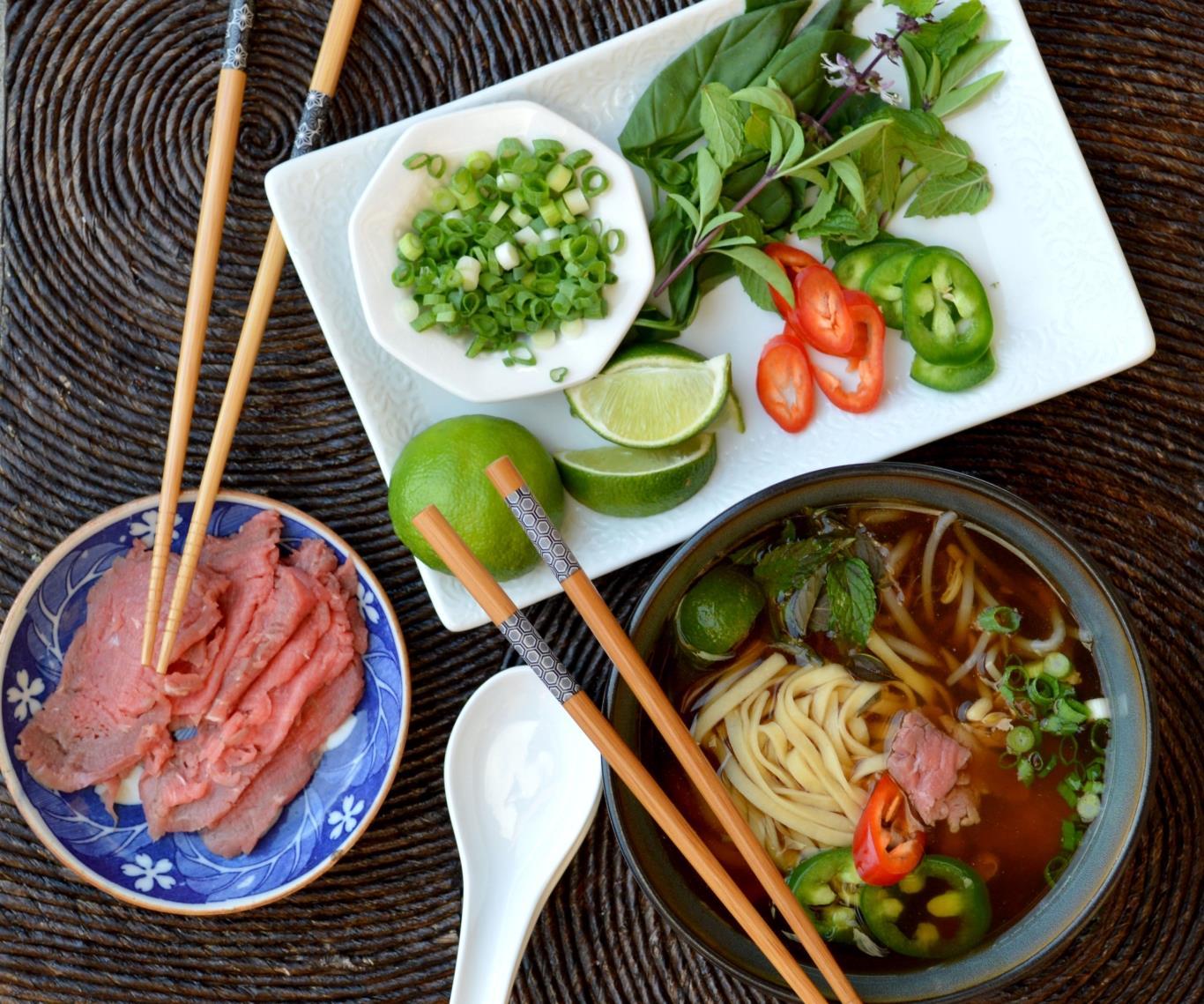 Bánh phở được chan nước dùng ninh từ xương, thêm rau thơm và thịt bò thái mỏng. Đây là món ăn nổi tiếng của Việt Nam và được đem tới nhiều quốc gia khác.