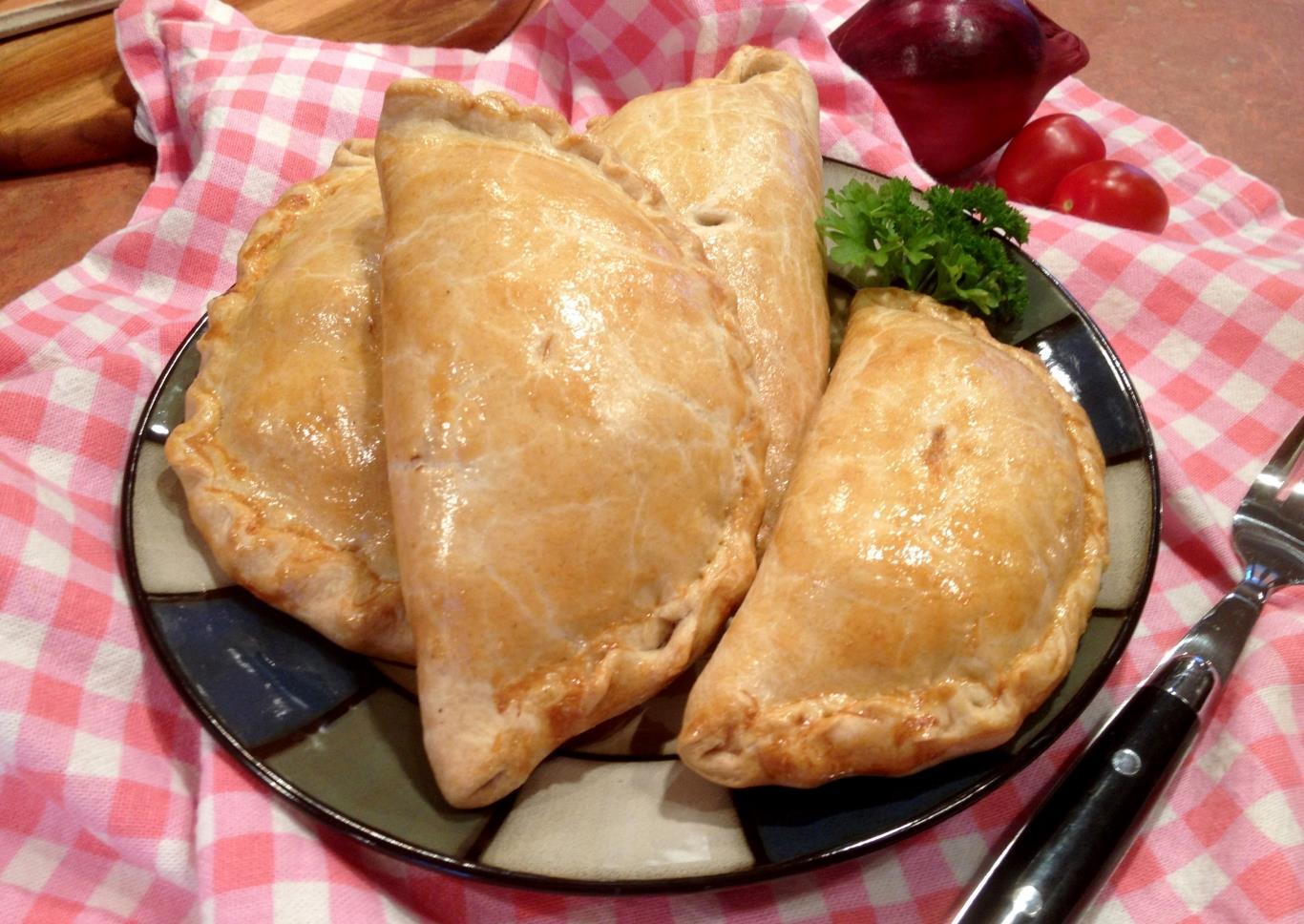 Trước kia, đây là món ăn của thợ mỏ vùng Cornwall. Theo truyền thống, bánh được làm từ 4 nguyên liệu: khoai tây, củ cải, hành và thịt bò, được bọc trong lớp vỏ bột mì. Bánh được nướng cho tới khi vỏ ngoài có màu vàng, nhân thịt bò chín mềm tỏa mùi thơm đặc biệt.
