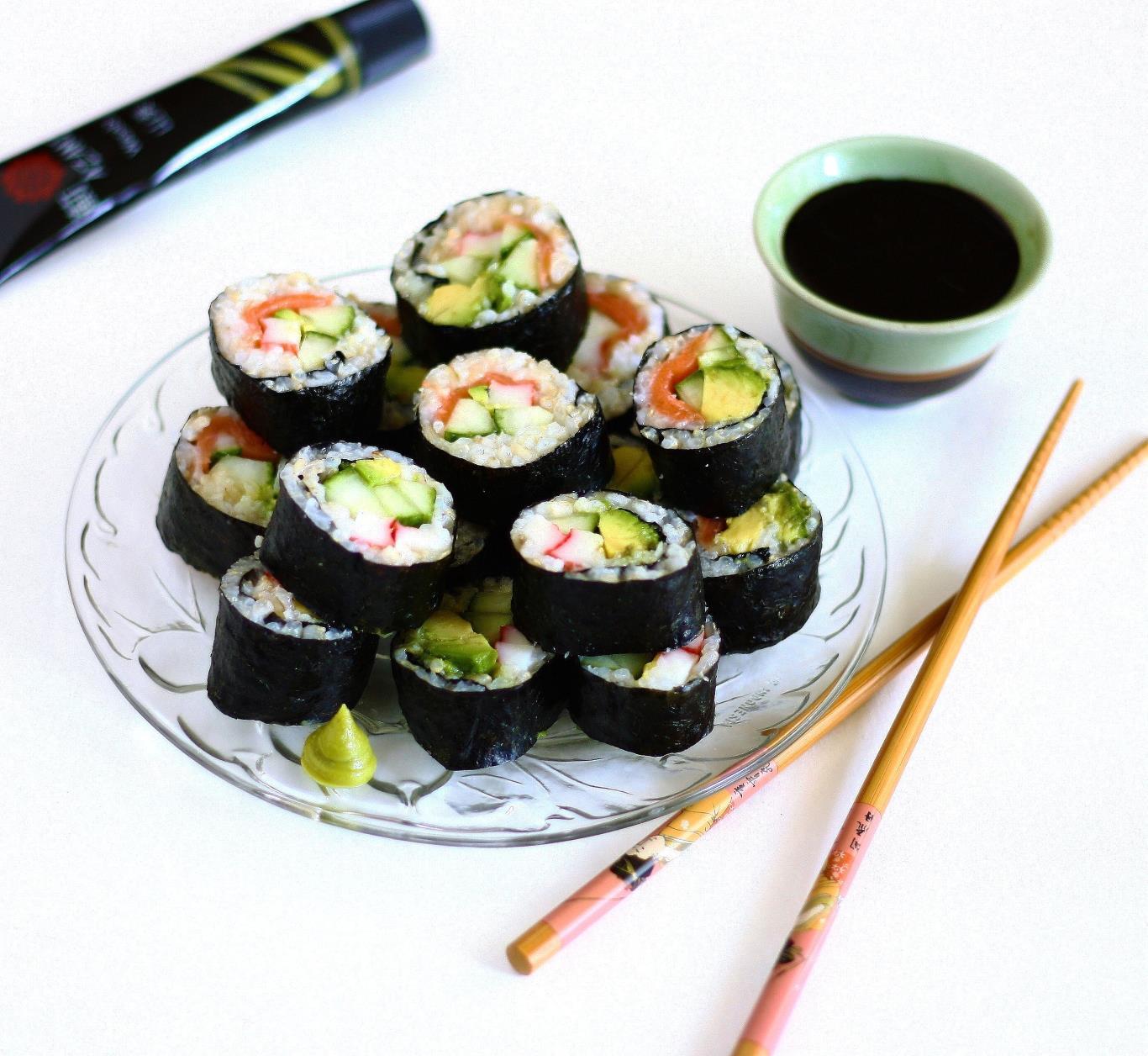 Món ăn này không chỉ là đặc sản của Nhật Bản mà đã được đem tới hầu hết mọi quốc gia trên thế giới. Sự kết hợp tinh tế giữa cơm, rong biển, các loại rau củ, hải sản hay thịt, với phong cách chế biến đầy tính nghệ thuật đã khiến món ăn này được nhiều người yêu thích.