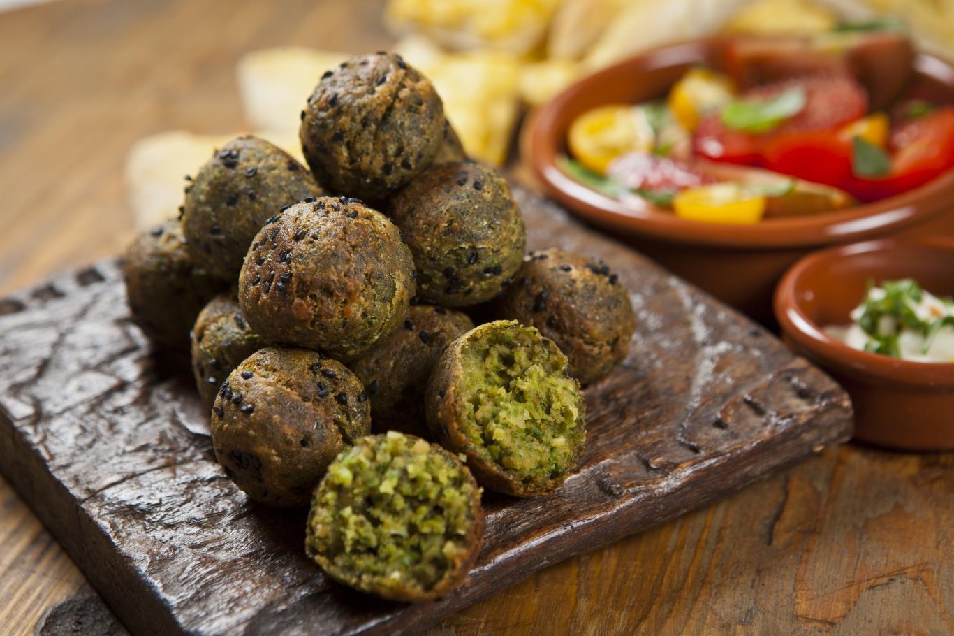 Được coi là quốc thực của Israel, có nguồn gốc từ Ai Cập cổ, món ăn này gồm đậu hồi hay đậu fava bọc bột và rán giòn. Falafel thường được ăn cùng salad, nước sốt hoặc sốt Tahini.