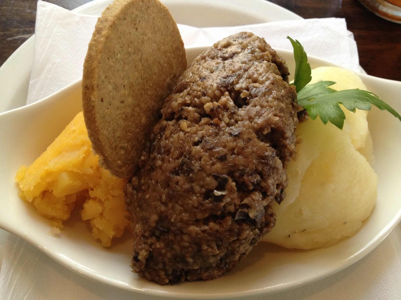 Món ăn truyền thống của người Scotland có vẻ ngoài không bắt mắt nhưng có vị khá ngon. Nội tạng cừu được trộn với hành, mỡ cừu, yến mạch, nước ninh xương và gia vị, nhồi vào dạ dày cừu sau đó hấp chín.