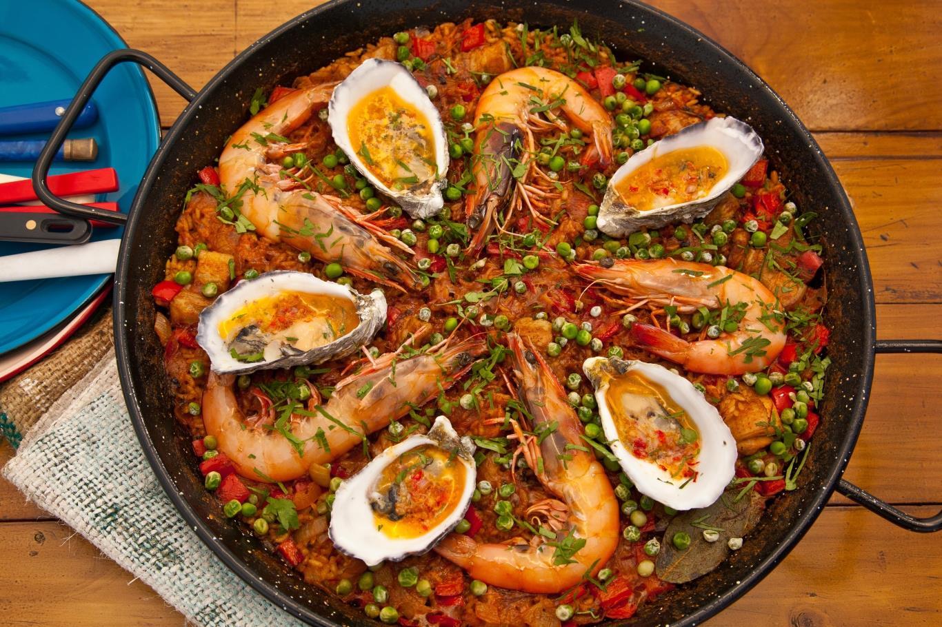 Paella có nguồn gốc từ Valencia, ban đầu chỉ là món giá rẻ, no bụng dành cho nông dân, gồm cơm, rau và thịt thỏ vụn. Ngày nay, Paella có thêm nhiều nguyên liệu phong thú, như xúc xích cay, hải sản.
