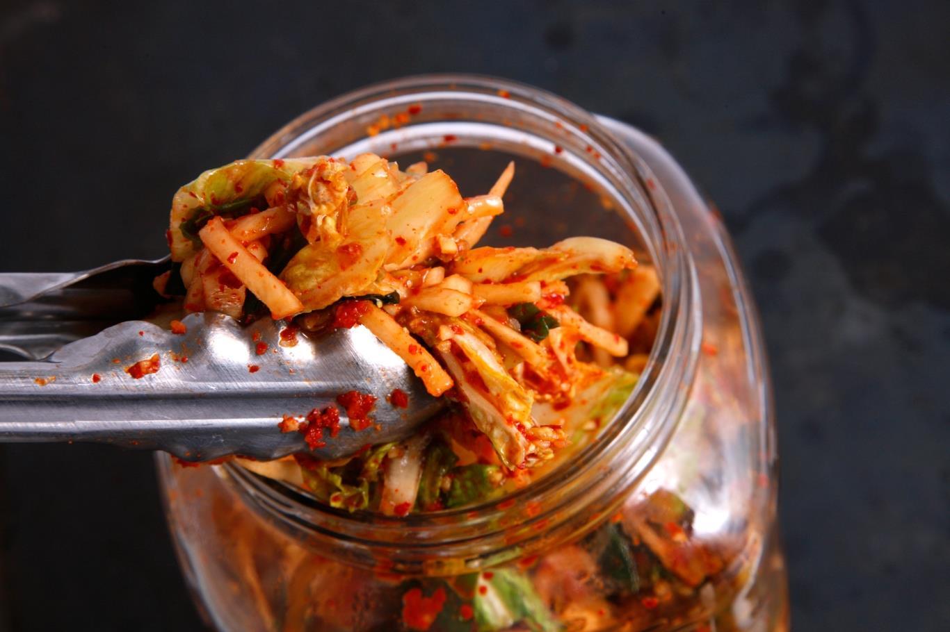 Món ăn truyền thống này có lịch sử lâu đời, mỗi mùa lại có một loại kim chi khác nhau. Rau củ được ngâm ớt, nước muối, dừng, tỏi và để lên men. Ước tính Hàn Quốc có 187 loại kim chi.