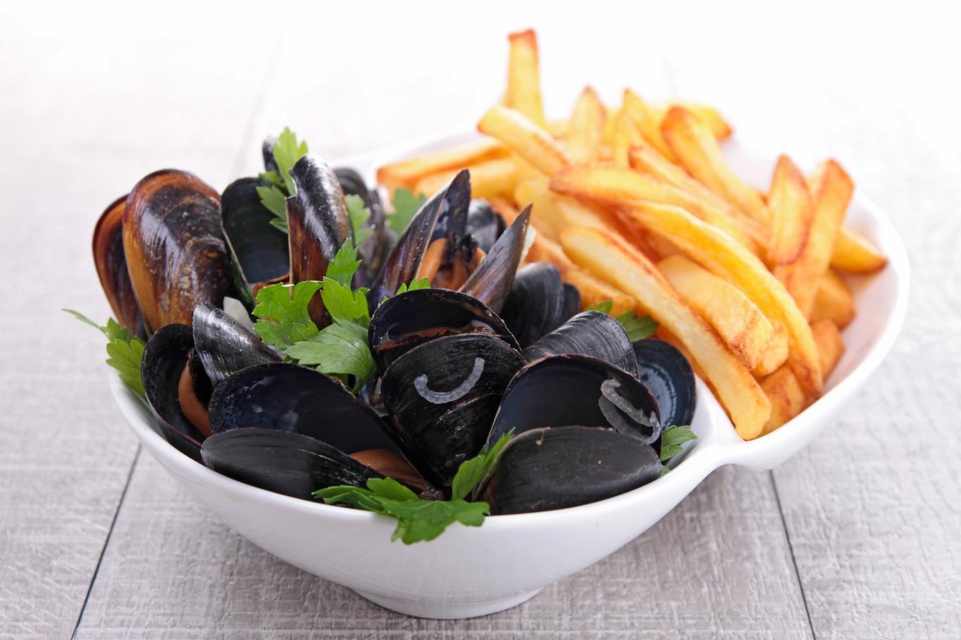 Món ăn gồm trai và khoai tây rán này có mặt ở nhiều quốc gia như Pháp và Mĩ, nhưng ngon nhất phải là ở Bỉ. Trai được chế biến theo nhiều cách (nấu với rượu, bơ, rau thơm hoặc với nước dùng từ cà chua), ăn cùng khoai tây rán giòn tẩm muối. Bạn nên thưởng thức món này với một cốc bia tươi.