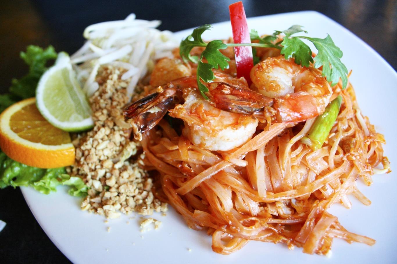 Món ăn nổi tiếng của Thái Lan này gồm mì gạo chiên giòn cùng trứng, đậu phụ, me, nước mắm, tôm, ớt, đường và chanh.