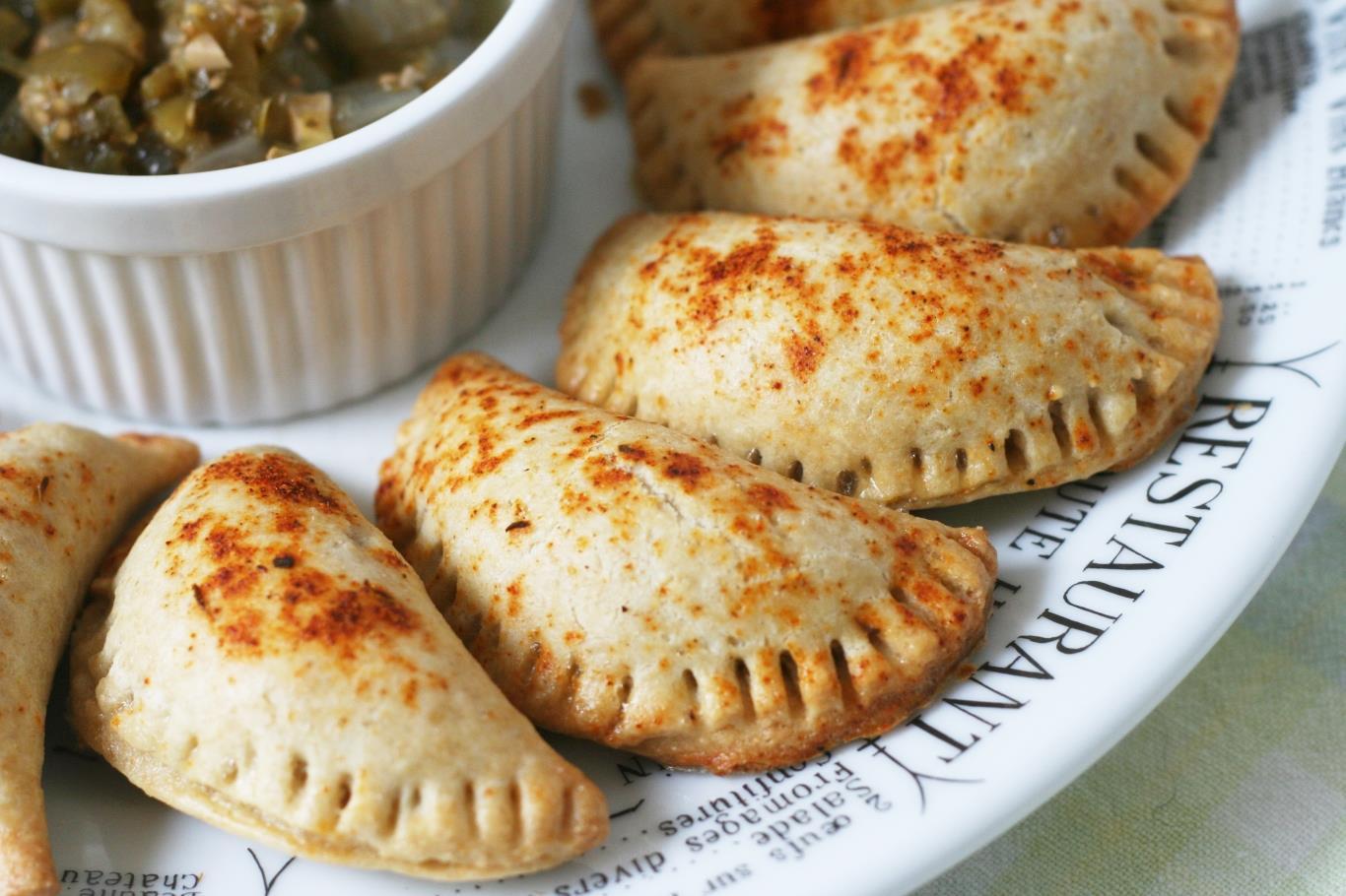 Món bánh này có xuất xứ từ Bồ Đào Nha, sau đó lan ra khắp Mỹ La Tinh. Người Chile thường làm bánh nhân hải sản, phô mai hoặc thịt bò.