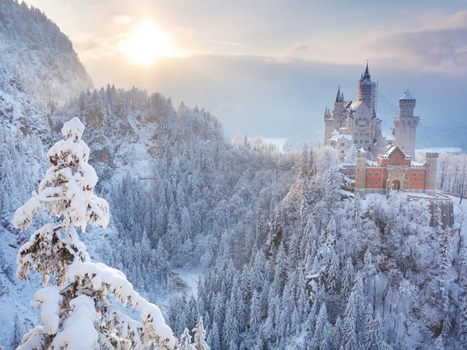 Lâu đài Neuschwanstein, Bavaria, Đức Ban đầu nơi đây được xây dựng theo lệnh của vua Ludwig II như một nơi ẩn dật bí mật. Tuy nhiên, giờ đây Neuschwanstein đã trở thành một trong những tòa lâu đài nổi tiếng khắp châu Âu. Lý do là nó được xây dựng hoành tráng, uy nghi, nằm trên đỉnh một vách đá và được trang trí công phu. Tòa lâu đài Sleeping Beauty (Người đẹp ngủ) tại công viên Disneyland lấy cảm hứng từ Neuschwanstein.