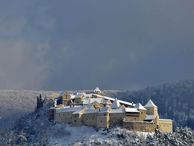 Lâu đài Rasnov, Brasov, Romania Nằm ở độ cao gần 200 m, lâu đài Rasnov từng được sử dụng như một pháo đài từ năm 1331. Nó không chỉ được sử dụng cho mục đích quân sự, mà ban đầu còn bao gồm cả những ngôi nhà, trường học, nhà nguyện, pháo đài... và được xem như nơi ẩn náu trong thời gian dài.