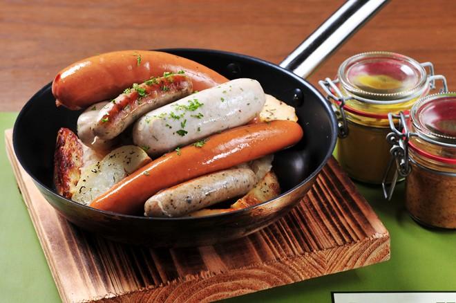 Người Thụy Điển ăn chân giò, còn người Đức thưởng thức thịt lợn nướng và xúc xích. Thịt lợn cũng là món thường gặp ở Italy và Mỹ bởi giàu chất béo, tượng trưng cho sự giàu có và thịnh vượng. Ảnh: Chopstixfix.