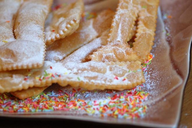 Các loại bánh: Bánh và các loại đồ nướng khác thường có mặt trong thực đơn của nhiều quốc gia vào dịp Giáng sinh, năm mới, đặc biệt là các loại có hình tròn hoặc hình vòng. Italy có món chiacchiere làm từ bột mì rán phủ đường. Ảnh: Theitalianbunnyreport/Wordpress.