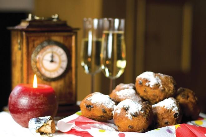 Ba Lan, Hungary và Hà Lan thường ăn bánh donut. Ngoài ra, Hà Lan còn có olie bollen, một loại bánh nướng hình tròn, với nhân táo, nho khô hoặc lý chua. Ảnh: Oliebollenzoetermeer.