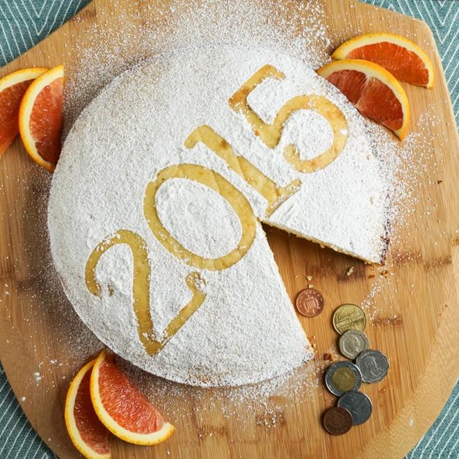 Một số nền văn hóa còn có tục lệ giấu một món đồ trang sức hoặc đồng xu trong bánh, ai gặp được sẽ có nhiều may mắn vào năm mới. Ở Hy Lạp, người dân thường làm bánh vasilopita với một đồng xu bên trong. Bánh được cắt vào đêm giao thừa hoặc ăn tráng miệng vào ngày đầu năm. Ảnh: Tarasmulticulturaltable.