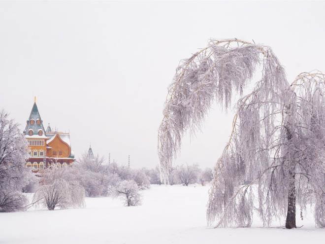Cung điện của Tzar Alexei Mikhailovich, Moscow, Nga Được xây dựng vào những năm 1660 theo phong cách nối kết giữa các phòng, hành lang, cổng vòm... Cung điện bằng gỗ này sau đó bị phá do mục nát. Vào năm 2010, nó được xây dựng lại bởi chính phủ Nga cách xa khoảng 800 m về hướng nam so với vị trí ban đầu.