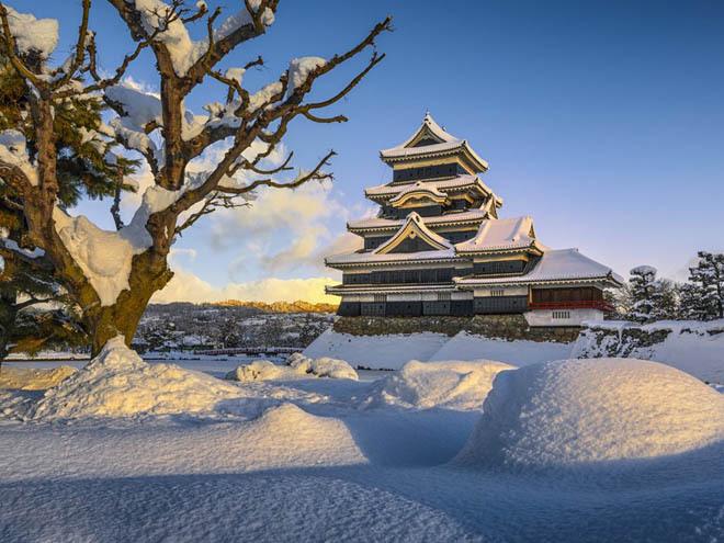Lâu đài Matsumoto, Matsumoto, Nhật Bản Lâu đài Matsumoto là một trong những tòa lâu đài hiếm của Nhật Bản, được xây dựng trên vùng đất bằng phẳng chứ không phải ngọn núi hoặc đỉnh đồi. Đến đây vào mùa xuân, bạn sẽ nhìn thấy hoa anh đào nở rộ bao quanh con hào của lâu đài, còn vào mùa đông thì nơi đây phủ tuyết trắng xóa.
