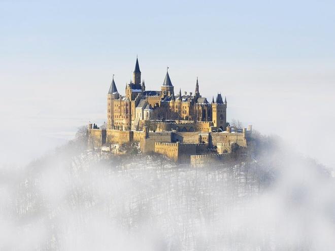 Lâu đài Hohenzollern, Hohenzollern, Đức Nằm trên đỉnh đồi dốc đứng cao 234 m của dãy Swabian Alps, lâu đài đẹp như tranh vẽ này thật sự gây ấn tượng với nhiều người. Lâu đài có các ngọn tháp và tường thành uy nghi này là một di tích kiến trúc quân sự từ thế kỷ 19.