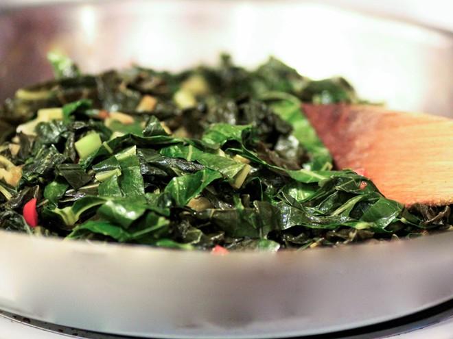 Người Đan Mạch ăn cải xoăn hầm với đường và quế, người Đức ăn bắp cải trong khi người Mỹ chọn cải lá. Nhiều người tin rằng càng ăn nhiều rau xanh vào dịp năm mới thì năm sau càng thu được nhiều tiền của. Ảnh: Seriouseats.