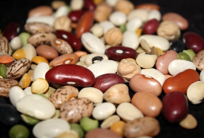 Các loại đậu: Đậu Hà Lan, đậu lăng, đậu xanh... đều được coi là biểu tượng của tiền bạc. Chúng có hình dạng tương tự đồng xu và nở ra khi được nấu chín, đem lại cho người ăn may mắn về tài chính. Ảnh: Amazinghealthfulfoods.