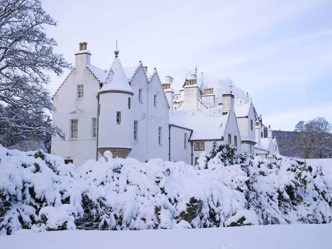 Lâu đài Blair, Perthshire, Scotland Được xây dựng từ những năm 1260, tòa lâu đài nằm ở vị trí tuyệt đẹp trên một vùng núi cao Scotland. Nó có khung cảnh hệt như trong tưởng tượng khi tuyết phủ trắng xóa, những bụi cây đóng băng, thu hút nhiều du khách đến thăm.