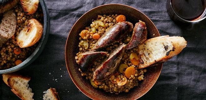Ở Italy, người dân thường thưởng thức xúc xích và đậu lăng xanh sau giao thừa. Người dân Đức cũng thường ăn món này vào năm mới, có thể thay đậu lăng bằng súp đậu. Ảnh: Plated.