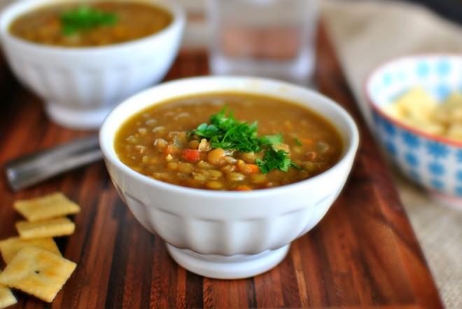 Người Brazil thường ăn bữa đầu tiên của năm mới với súp đậu lăng hoặc đậu lăng và cơm. Ảnh: Greenacres.
