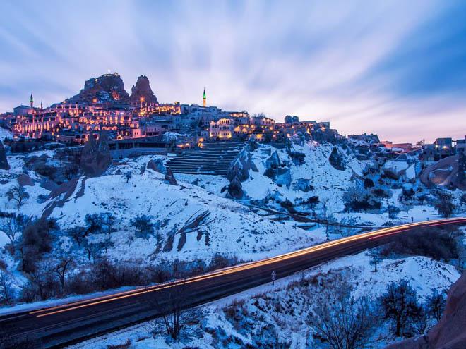 Lâu đài Uchisar, Nevsehir, Thổ Nhĩ Kỳ Nằm ở điểm cao nhất của Cappadocia, Uchisar đem đến một bức tranh toàn cảnh đầy ngoạn mục. Tòa lâu đài này đặc biệt hơn những nơi khác ở chỗ các căn phòng, cầu thang, đường hầm và lối đi đều được chạm khắc từ đá.