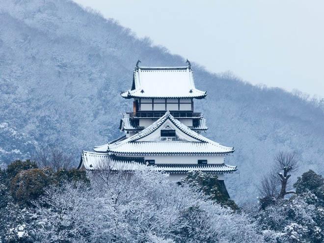 Lâu đài Inuyama, Inuyama, Nhật Bản Được xây dựng năm 1537, Inuyama là một trong 12 lâu đài được xây dựng trước thời Edo mà vẫn còn tồn tại đến ngày nay. Đây cũng chính là tòa lâu đài cổ nhất Nhật Bản. Nó nằm trên đỉnh một ngọn đồi nhỏ bên cạnh sông Kiso, tái hiện văn hóa và lịch sử của thành phố.