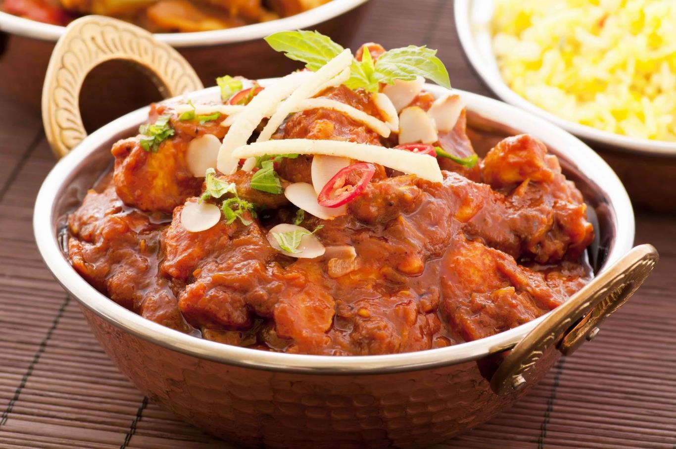 Phall được coi là món cà ri cay nhất trên thế giới với thành phần chính là các loại tiêu và ớt cực cay. Nhiều nhà hàng còn trang bị mặt nạ khí ga cho đầu bếp để tránh bị hơi ớt cay làm ảnh hưởng đến sức khỏe trong quá trình chế biến.
