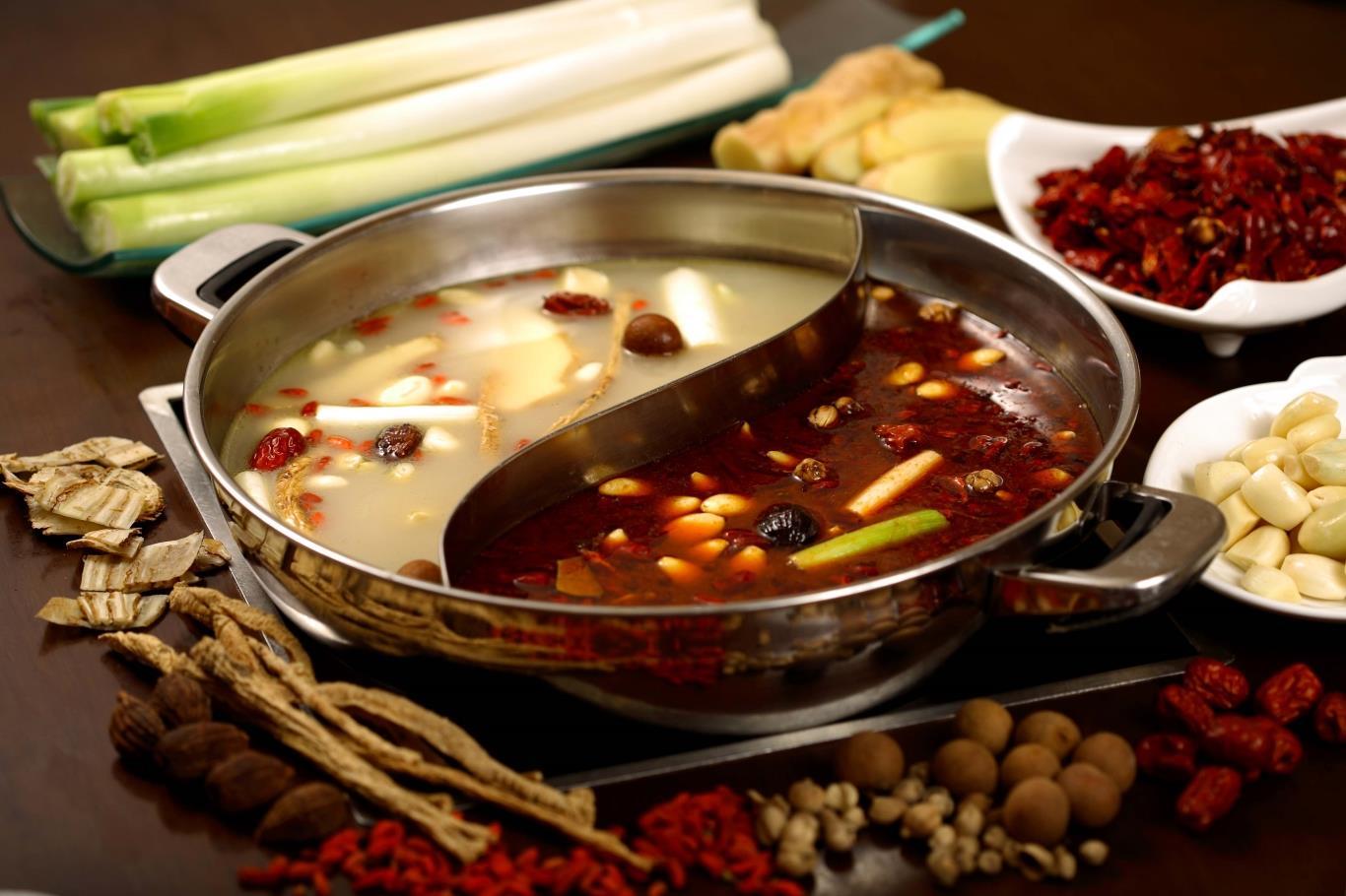 Lẩu cay Tứ Xuyên ra đời vào những năm đầu thế kỷ 20, khi những người công nhân nghèo không có tiền mua thịt. Cuối cùng, họ sử dụng những phần thịt lợn thừa rẻ tiền, nấu trong nước lẩu rất cay để át đi mùi vị của thịt. Món ăn giờ đây không chỉ dành cho giới bình dần mà đã được nâng cấp với nhiều nguyên liệu, phục vụ cho đông đảo tầng lớp và trở nên nổi tiếng trên thế giới. Tứ Xuyên cũng là một trong 4 tỉnh nổi tiếng với các món cay ở Trung Quốc.