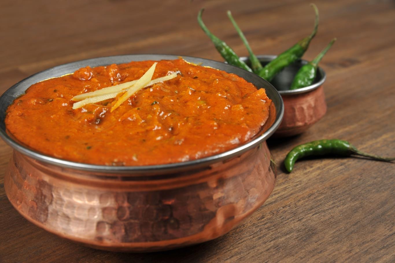 Món ăn truyền thống này được những người Bồ Đào Nha mang tới Ấn Độ vào thế kỷ 18. Điều thú vị là món ăn này không có một nguyên mẫu với các thành phần cơ bản. Bạn có thể thử thịt lợn Vindaloo với nhiều phiên bản, đã được tăng độ cay cho hợp với khẩu vị người dân địa phương.
