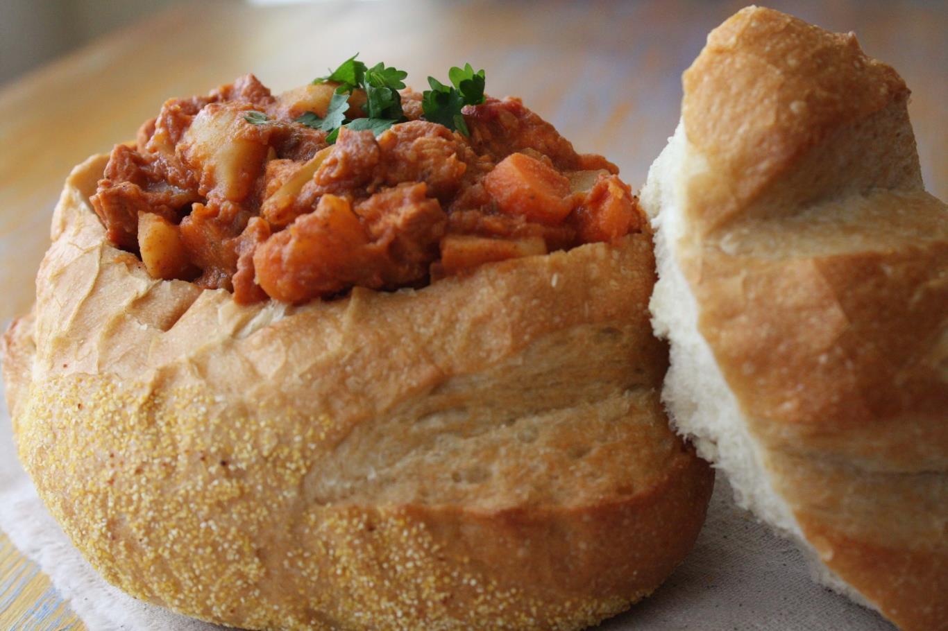 Bunny Chow là món ăn truyền thống của cộng đồng người Ấn Độ tại Nam Phi, sau đó được lan rộng ra toàn thế giới. Người đầu bếp khoét một mảng lớn trên ổ bánh mì rồi đổ cà ri, với nhân là thịt và các loại đậu vào bên trong. Món ăn trở nên hấp dẫn hơn khi đi kèm với cốc bia lạnh trong những ngày nóng tại Nam Phi.