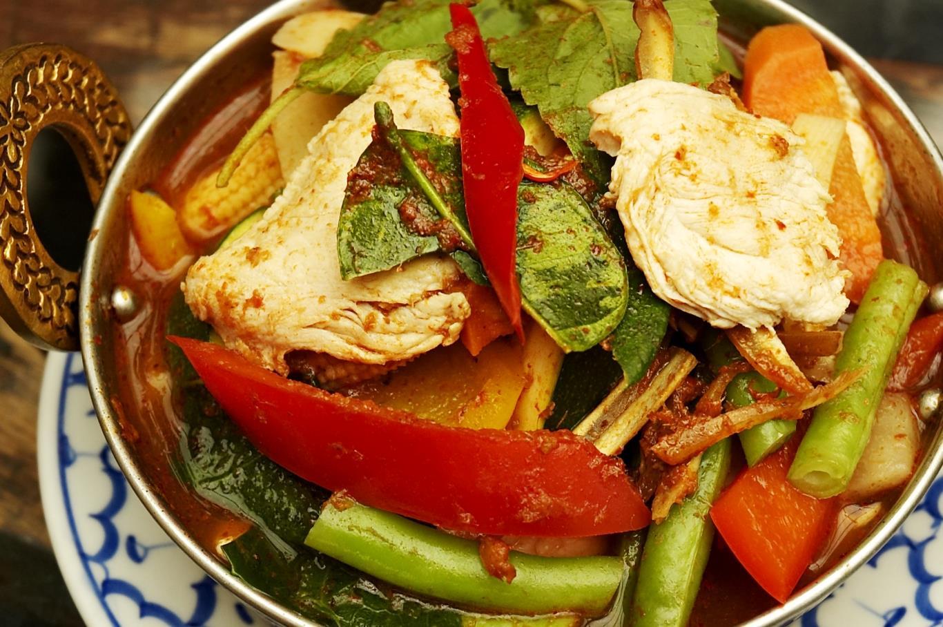 Món cà ri này nổi tiếng tại Thái Lan vì số lượng lớn ớt được sử dụng để chế biến: hơn 60 loại ớt. Chắc chắn, chỉ cần nghe thấy số lượng ớt được sử dụng là du khách đã cảm thấy sức cay nóng từ món ăn.
