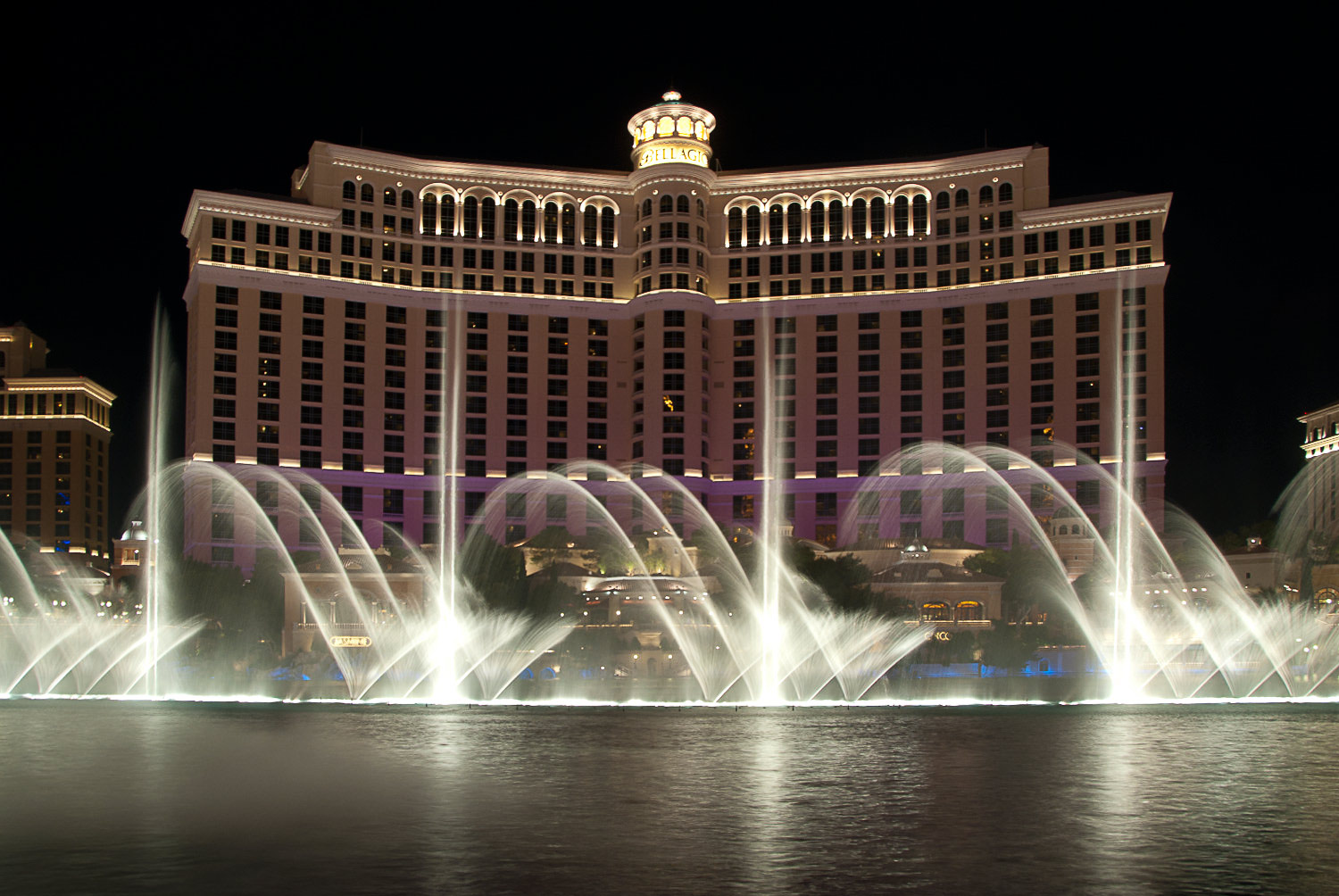 night-las-vegas-nevada-bellagio-fountains-photograph