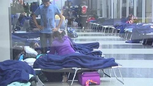 Chuyến bay bị hủy và hoãn khiến hành khách phải ngủ ngay tại sân bay. Ảnh: Cairnspost