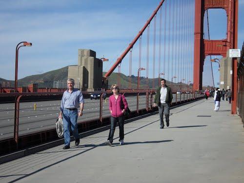 Cầu Cổng Vàng được xem như thỏi nam châm hút khách của nước Mỹ. 10 triệu khách du lịch đến thành phố mỗi năm và đóng góp khoảng 9 tỷ USD doanh thu cho ngân sách nhà nước. Ảnh: Factslides.