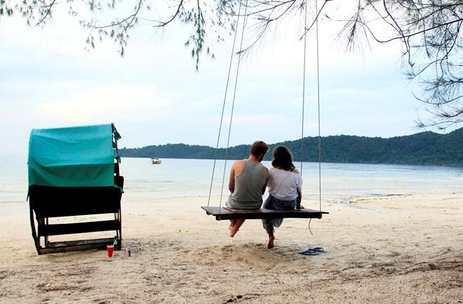 Ở trước mỗi khu nhà nghỉ đều có ghế, võng và xích đu ngồi ngắm biển.