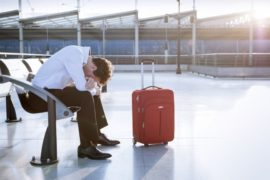 Bạn nên đặt vé nối chuyến của cùng một hãng hàng không, để được hỗ trợ tốt nhất khi lỡ chuyến. Ảnh: Thrillist.