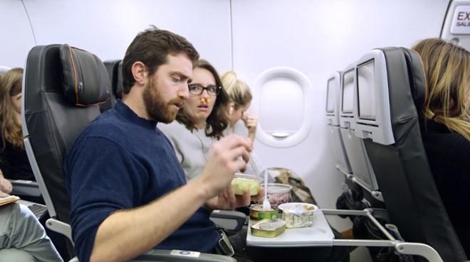 Hãy bỏ những món ăn có mùi không dễ chịu ở nhà. Ảnh: Thepointsguy.