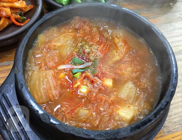 Canh kim chi hầm thịt ăn kèm các loại kim chi và ớt sừng chấm tương hột