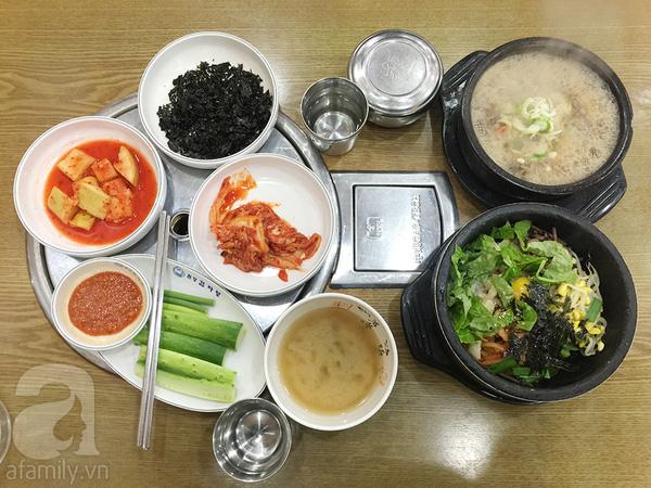 Bữa trưa gồm cóBibimbap, Miến Bulgogi, Canh kim chi tổng cộng hết 12.000won/ 2 người