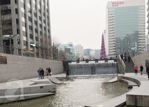 Hoàng hôn trên suốiCheonggye - xa xa là nơi quăng đồng xu ước nguyện