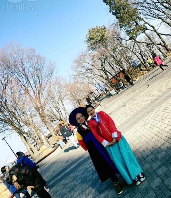 May mắn cho bọn mình là hôm đó Namsan đang có chương trình trao đổi văn hoá, bọn mình được mặc thử Hanbok - Trang phục truyền thống của Hàn Quốc chụp ảnh làm kỉ niệm, đỡ phải tốn tiền thuê ở tiệm