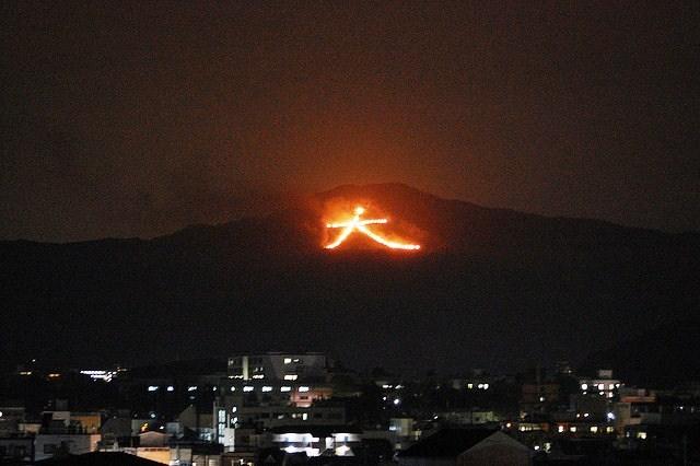 Đốt núi chữ Đại ở Kyoto nhân dịp Obon Ảnh: traveldreamscapes.wordpress.com H.M.