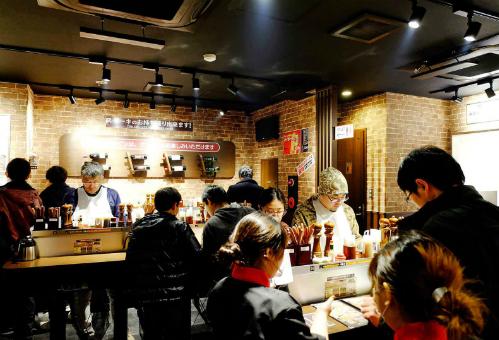 Các thực khách ăn đứng trong nhà hàng. Ảnh: Jax