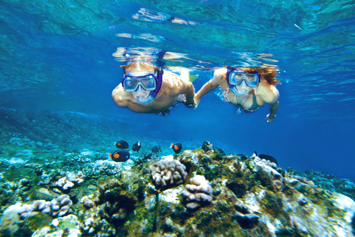 snorkeling-couple-at-molokini-crater